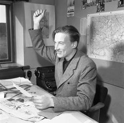 Arboga Tidning, personal och interiör. En man, iklädd kavaj,