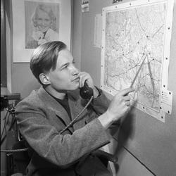 Arboga Tidning, personal och interiör. En ung man, iklädd ka