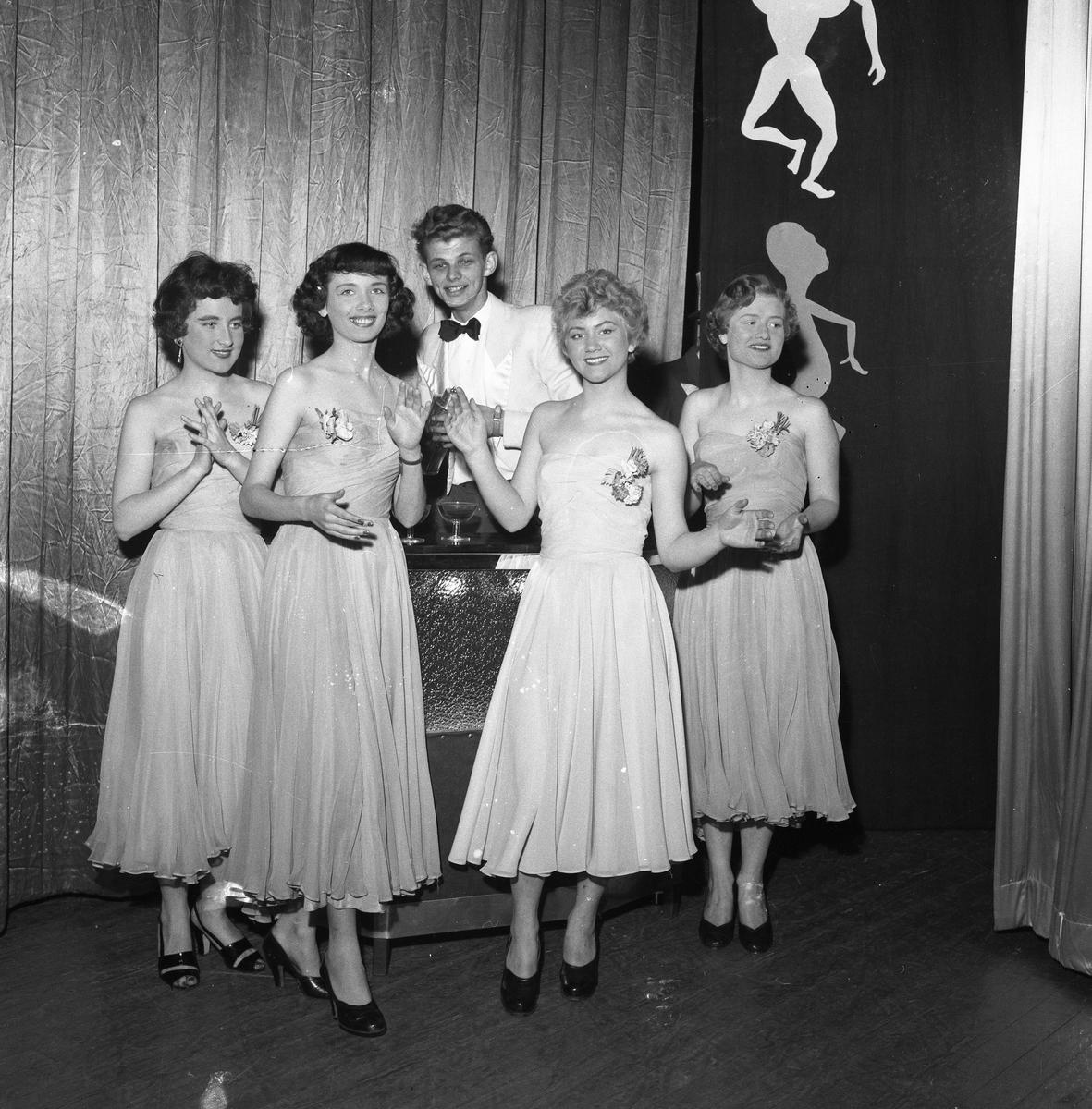 Medlemmarna i Arbogarevyn spelar upp sin Jubileumsrevy. På scenen, från vänster: Clary Eliasson, oidentifierad, Mats Torstensson, Gullan Kästämä och Mona Jansson (gift Waldnersson).