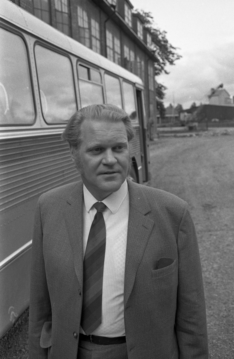 """Astor Karlsson, kallad """"Byggar´n"""", facklig företrädare på Arboga Mekaniska Verkstad, AMV Han står intill en buss."""