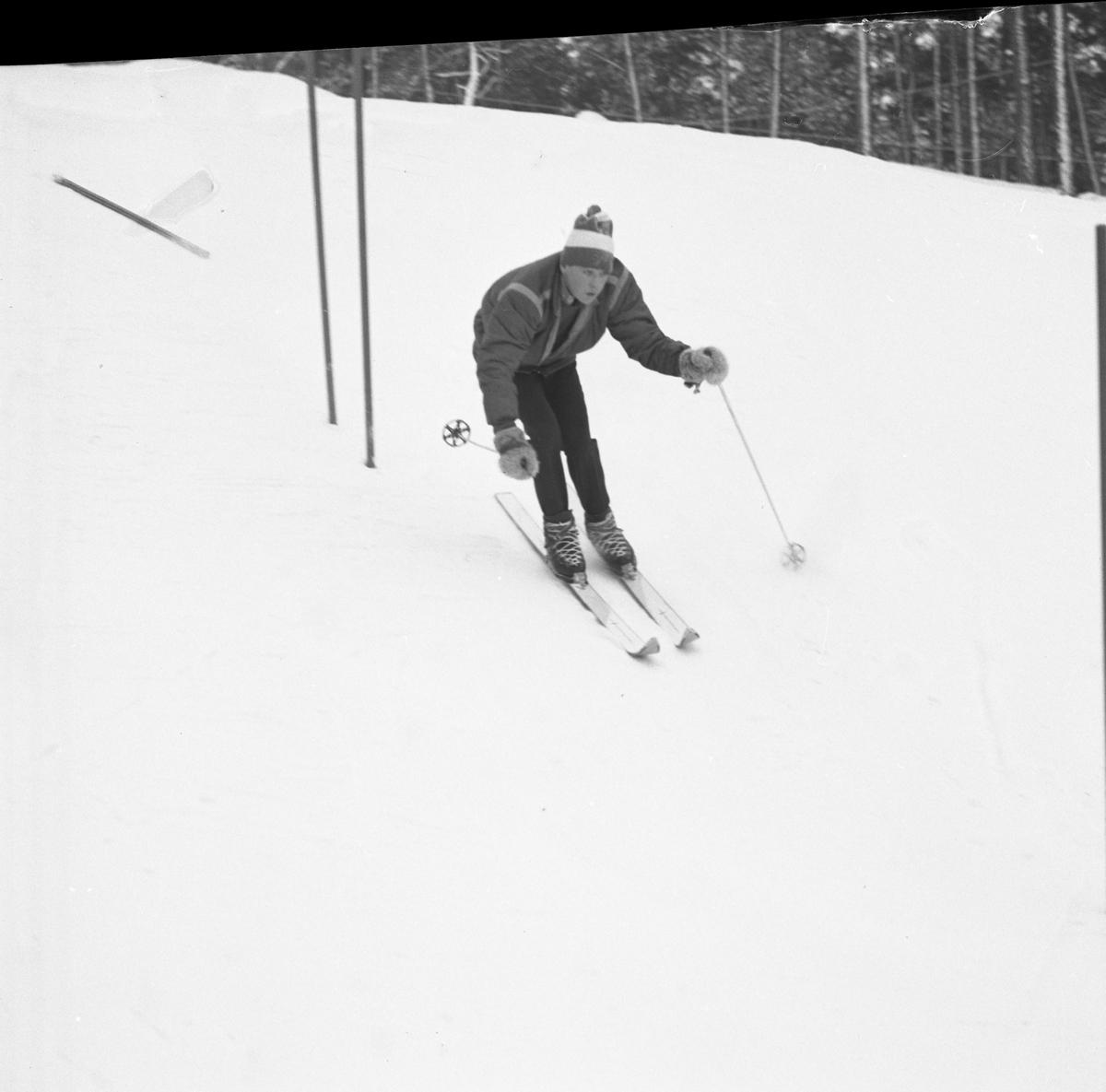 Arboga Tekniska Skola har idrottsdag. En man åker slalom.