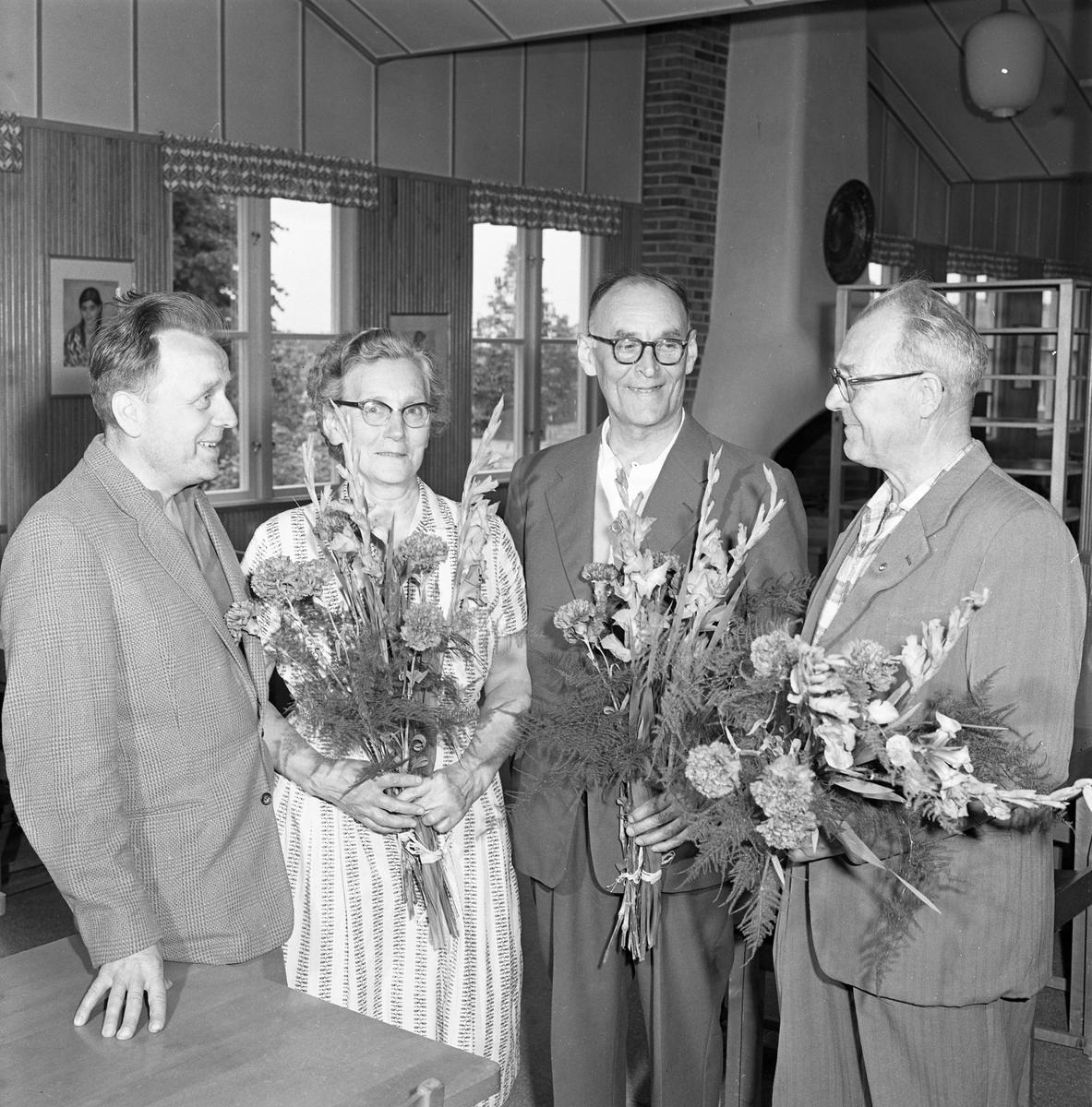 """Tre pensionärer avtackas från CVA. De har var sin blomsterbukett i famnen. Mannen till vänster är Ingvar Johansson, kallad """"Blötis"""". Den långe mannen i mitten är Nils Andersson."""
