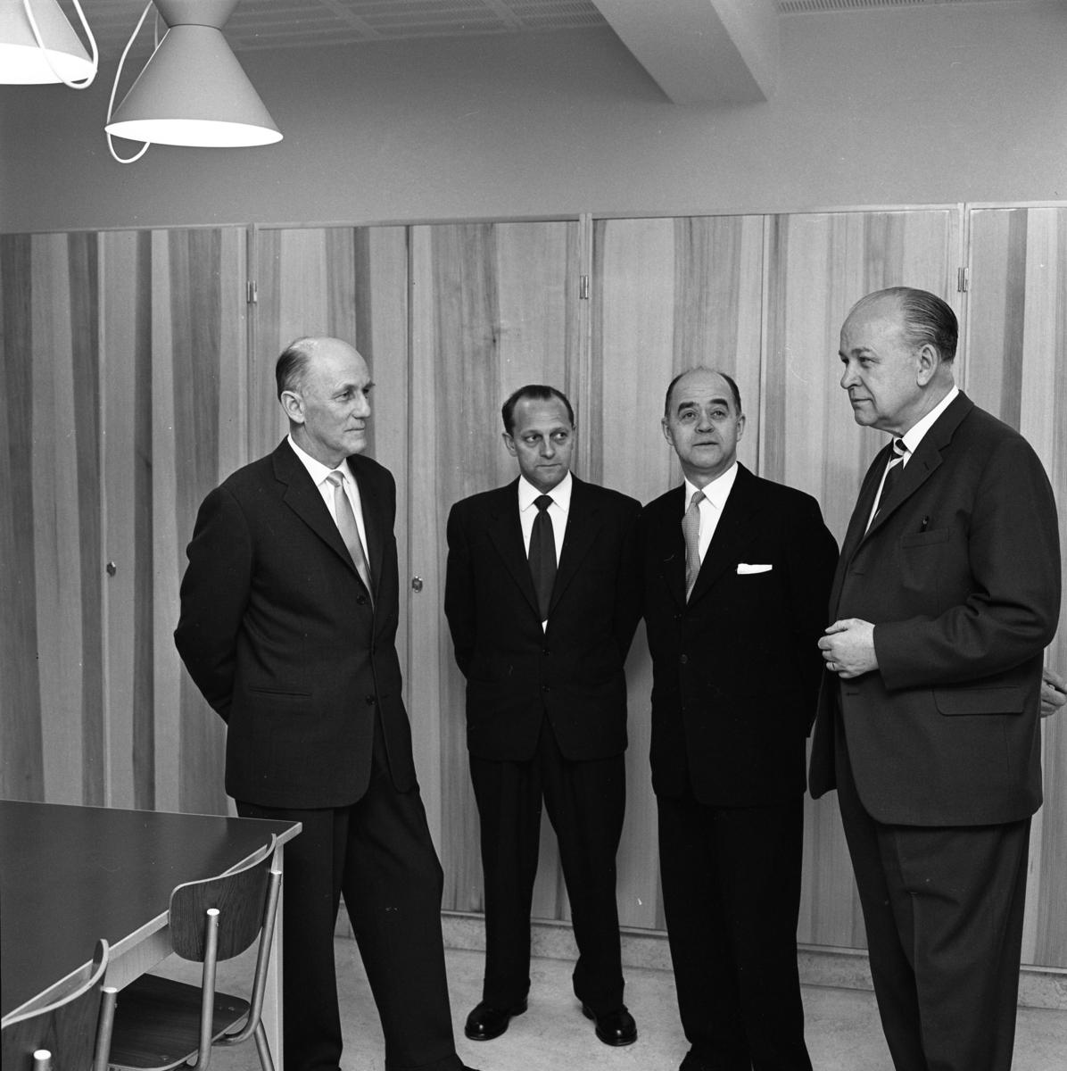 Stureskolan invigs. Fyra kostymklädda herrar, från vänster: Bror Gustafsson, Tore W Ekman, okänd och okänd.