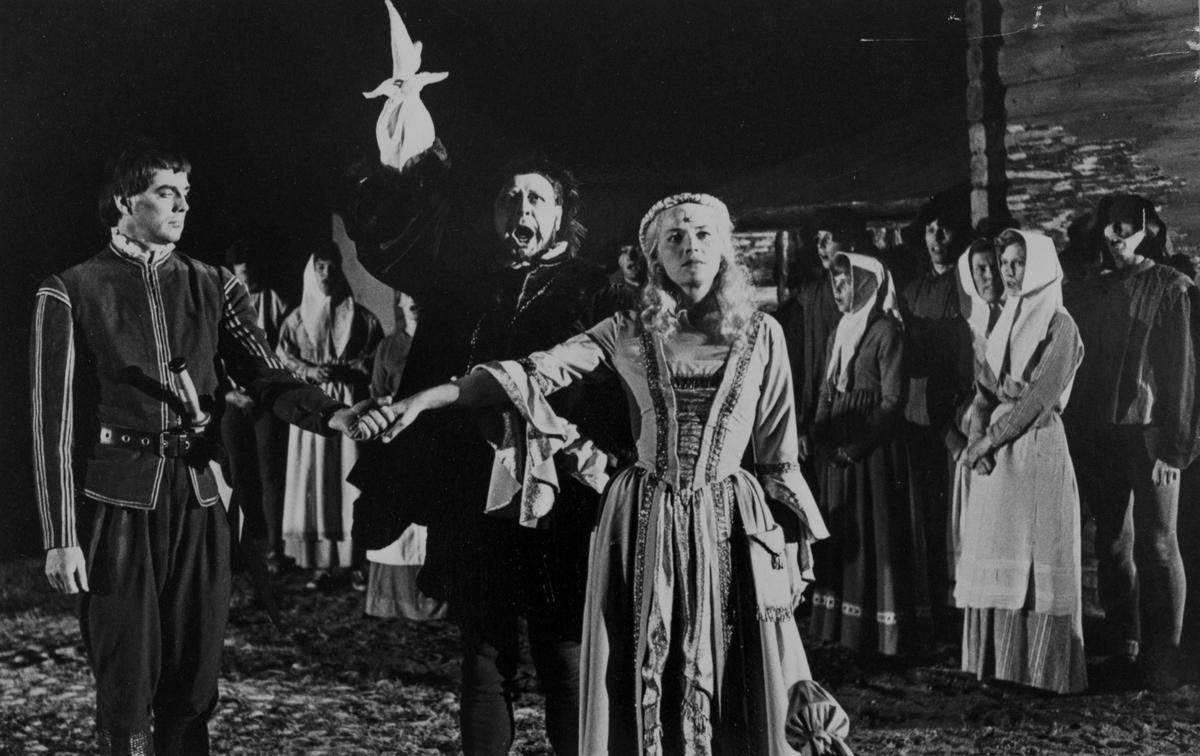 """En scen ur Giv oss fred. Rune Lindström, mitt i bild, gestaltar Engelbrekt Gertsson. En man håller en kvinnas hand. I bakgrunden står befolkningen och ser på. """"Giv oss fred"""", även kallat """"Arbogaspelet"""", är ett teaterstycke skrivet av Rune Lindström 1961. Handlingen, som är inspirerad av Arbogas klosterhistoria, är förlagt till början av 1500-talet. Uruppförandet skedde den 11 augusti 1962 och Rune Lindström spelade Engelbrekt Gertsson. Lions Club i Arboga stod för arrangemanget. Föreställningarna regnade bort och det blev ett stort ekonomiskt bakslag för föreningen. Spelet har framförts igen; 1987, 1988, 2012 och 2015 av medlemmar i """"Bygdespelets Vänner""""."""