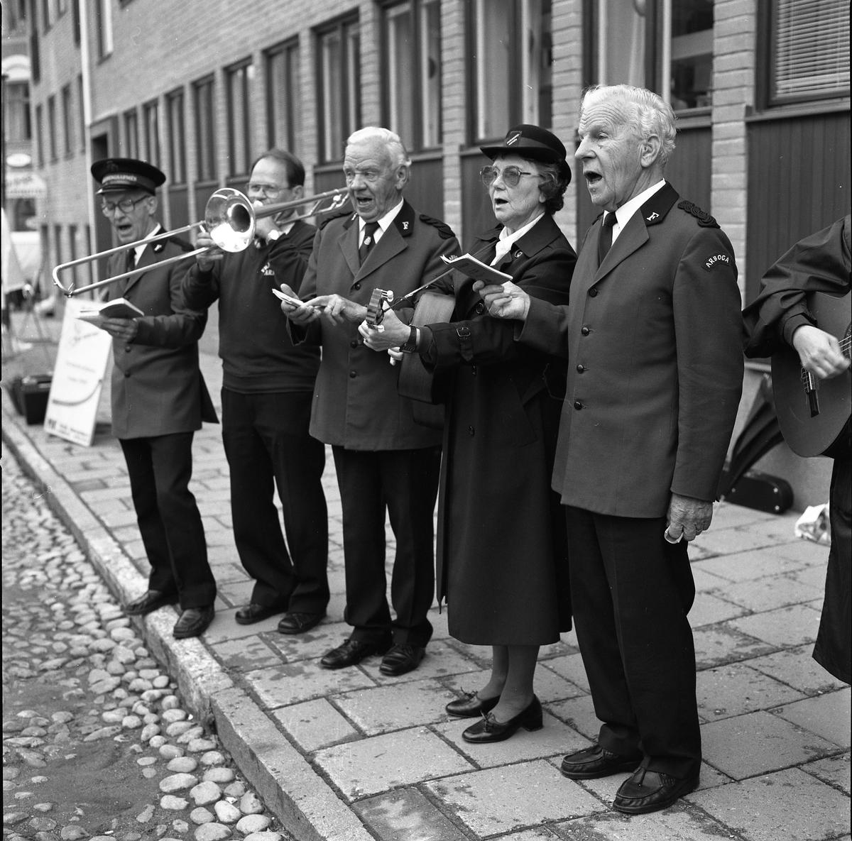 Frälsningsarmén sjunger på Höstmarknaden. Från vänster: Rune Gustavsson, Lennart Fransson (trombon), Folke Karlsson, Rut Karlsson och Paul Karlsson.