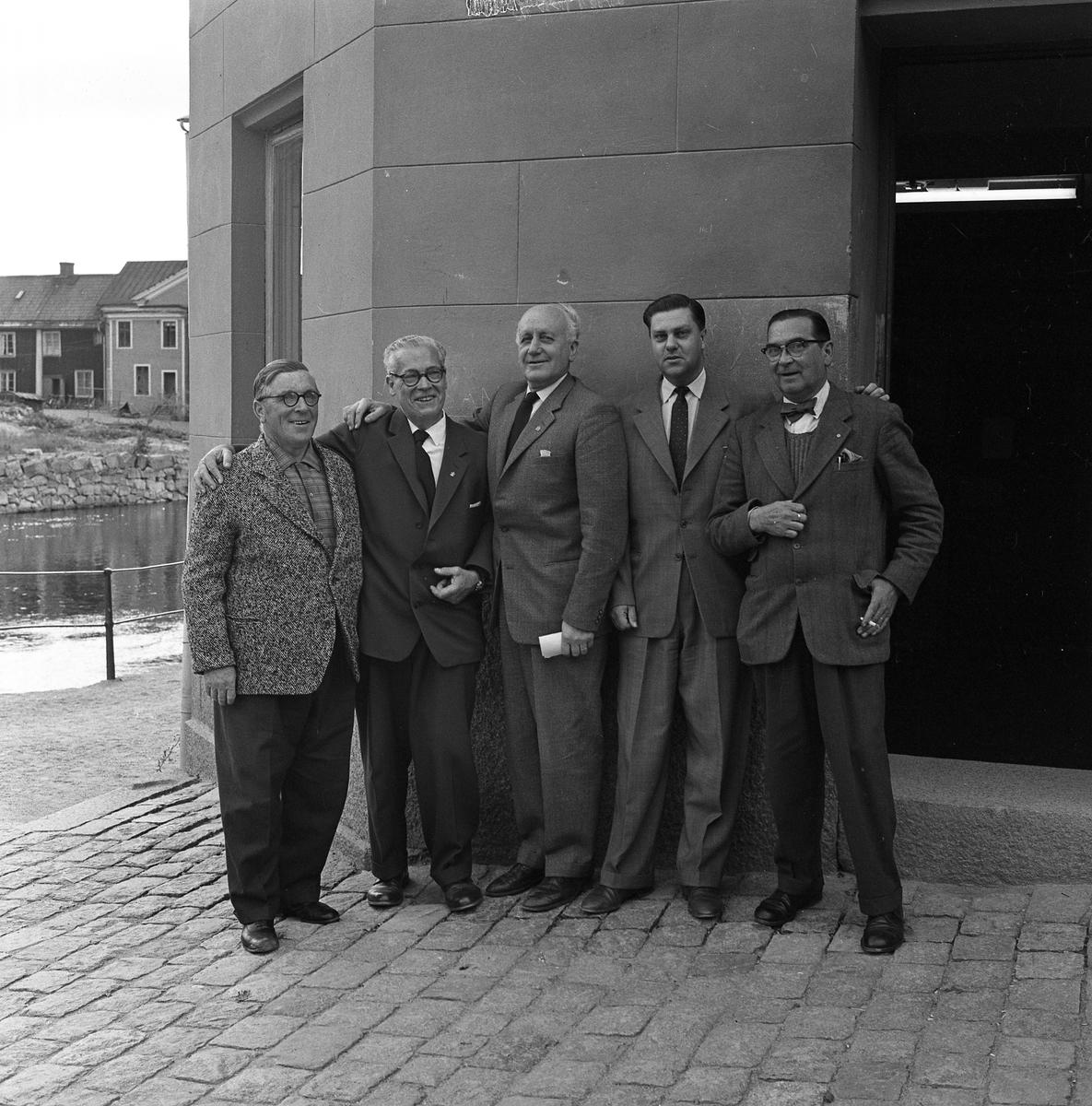 """Joseph Noll, Eitel Noll, Harald Larsson (""""Hajan""""), Sven Rydbeck (arbetar på Sparbanken) och Erik Göransson Bakom Arbogaån ses kvarteret Garvaregården"""