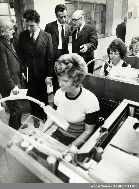 Hovedpostkontoret. Brevavdelingen. Her kodes hvert brev etter postnummer. Samferdselsminister Reiulf Steen på besøk. April 1972