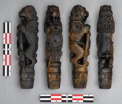 Liten utskåret løvefigur i ben. Bildet viser objektet fra fire sider.