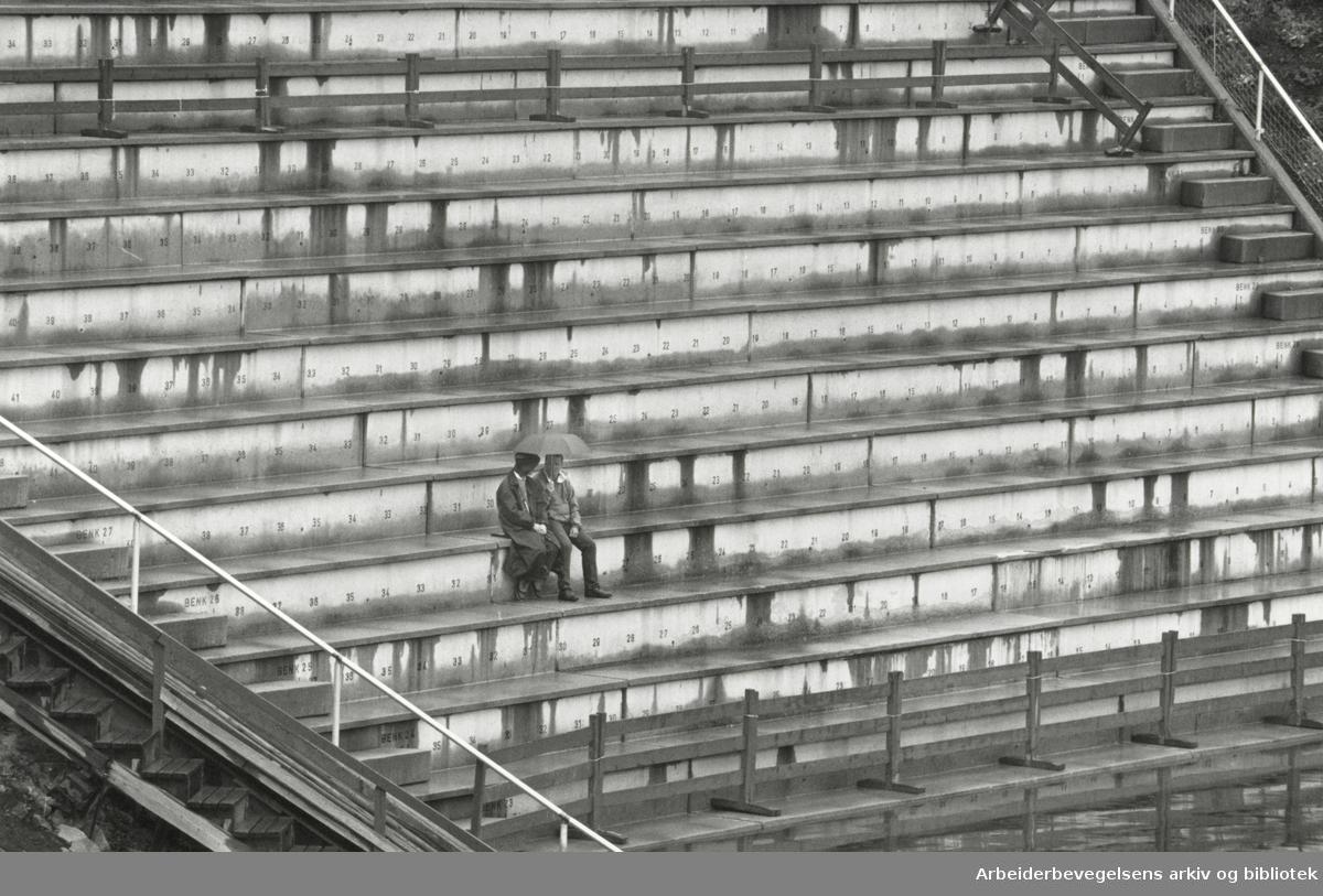 Holmenkollen. Sommerkollen. Holmenkollkonserten måtte avlyses på grunn av regn og vind. 17. juni 1990