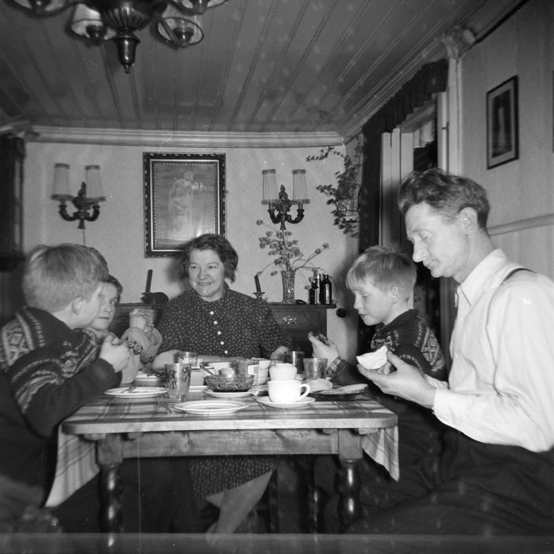 Kveldsmat hos Johansen i Langleiken 9. Turid var nabojente og lekekamerat til Kent og Roger. Barna på Enerhaugen vanket fritt rundt hos naboene. Middagen og kveldsmaten ble inntatt i stua. Om natta var stua soveværelset til foreldrene. Kent og Turid sitter på en Saxodivan som om natta ble til dobbeltseng. (Foto/Photo)