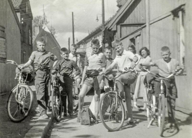 Her er Enerhaugsgjengen klar for sykkeltur. Det var turer hver helg. Sykkelturene gikk til badeplasser i Osloområdene, blant annet Bekkensten med overnatting, markaturer, krepseturer til Lysern, eller langturer til Sørlandet. Bildet er tatt utenfor Langleiken 9.