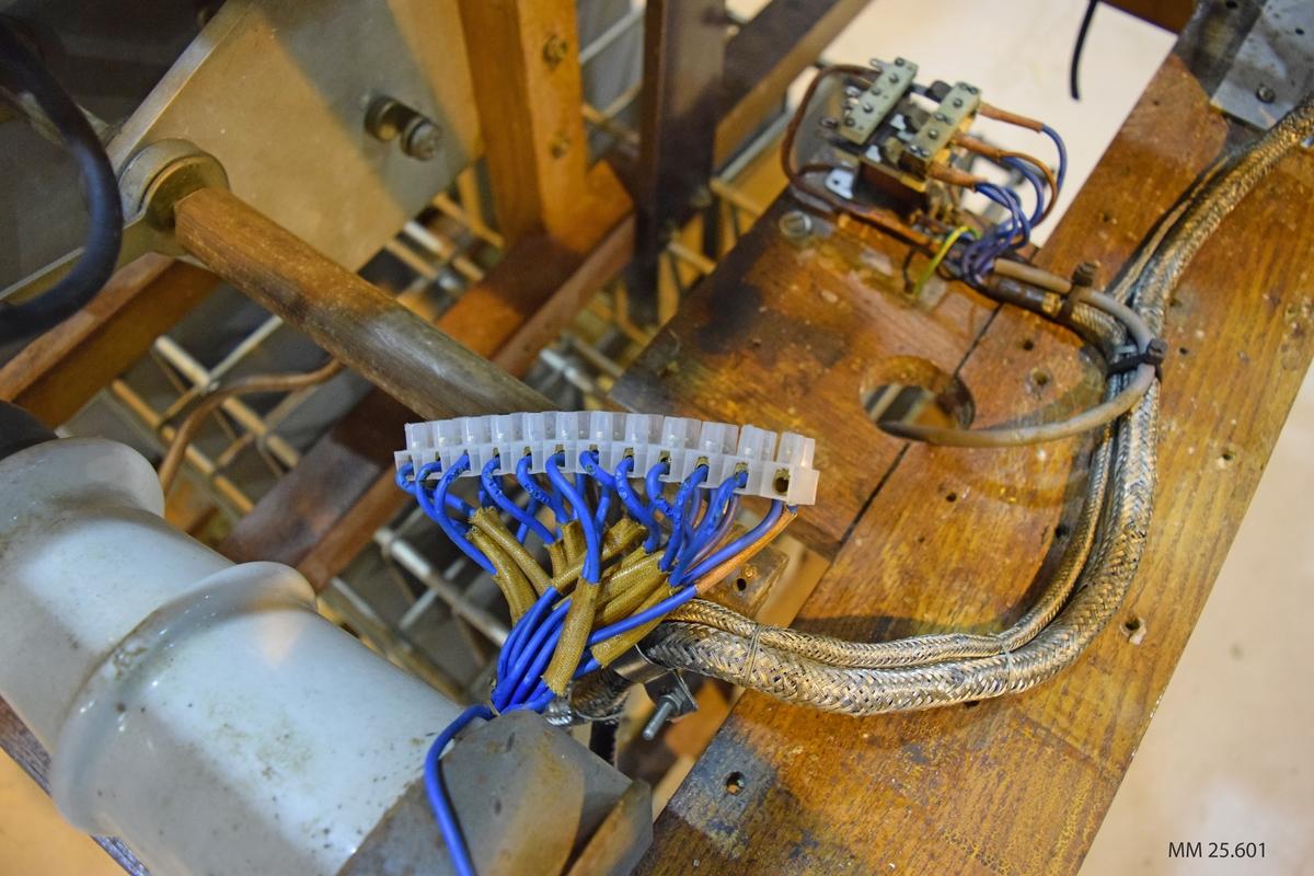 Avstämningsenheten är placerad i en träram av fernissat trä. Enheten består i två spolar, en stående ovanpå träramen och en liggande i. Genom den övre spolen går en kabel som är fäst i ett par hörlurar och en mikrofon. Därutöver en isolator och ett antal elektriska apparater fästa i träramen.