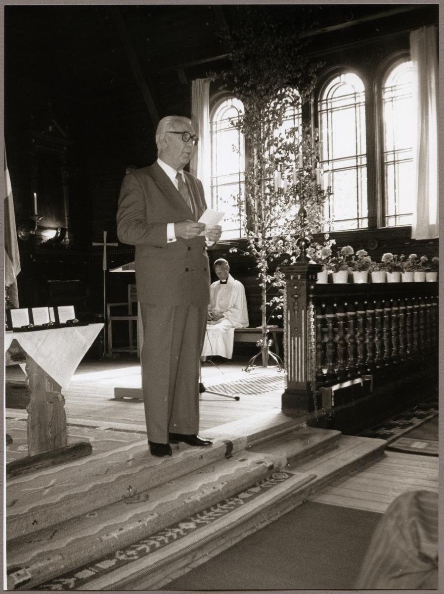 Ragne Johanson håller tal framme vid koret i Ljusnarsbergs kyrka på Trafikaktiebolaget Grängesberg - Oxelösunds Järnvägar, TGOJ-dagen 1990.