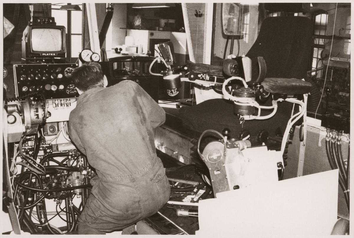 Sven-Erik Hillman arbetar med omkopplingar i en Banverket, BV USP 303 ballastplog, vid Trafikaktiebolaget Grängesberg - Oxelösunds Järnvägar, TGOJ:s verkstad 1990.