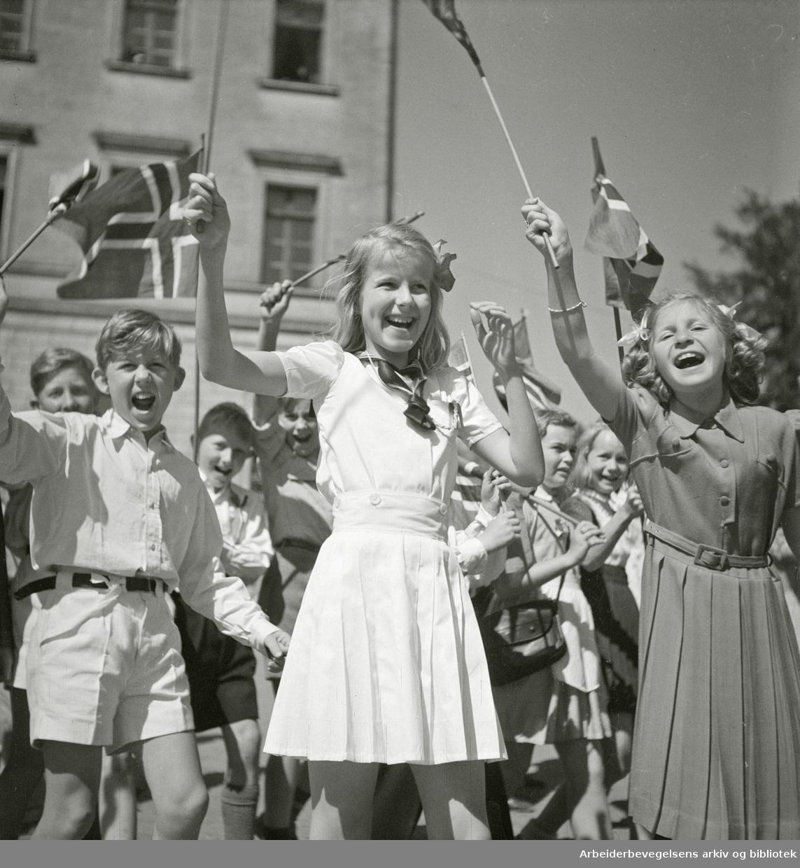Barnetog. Slottsplassen, 17. mai 1948.