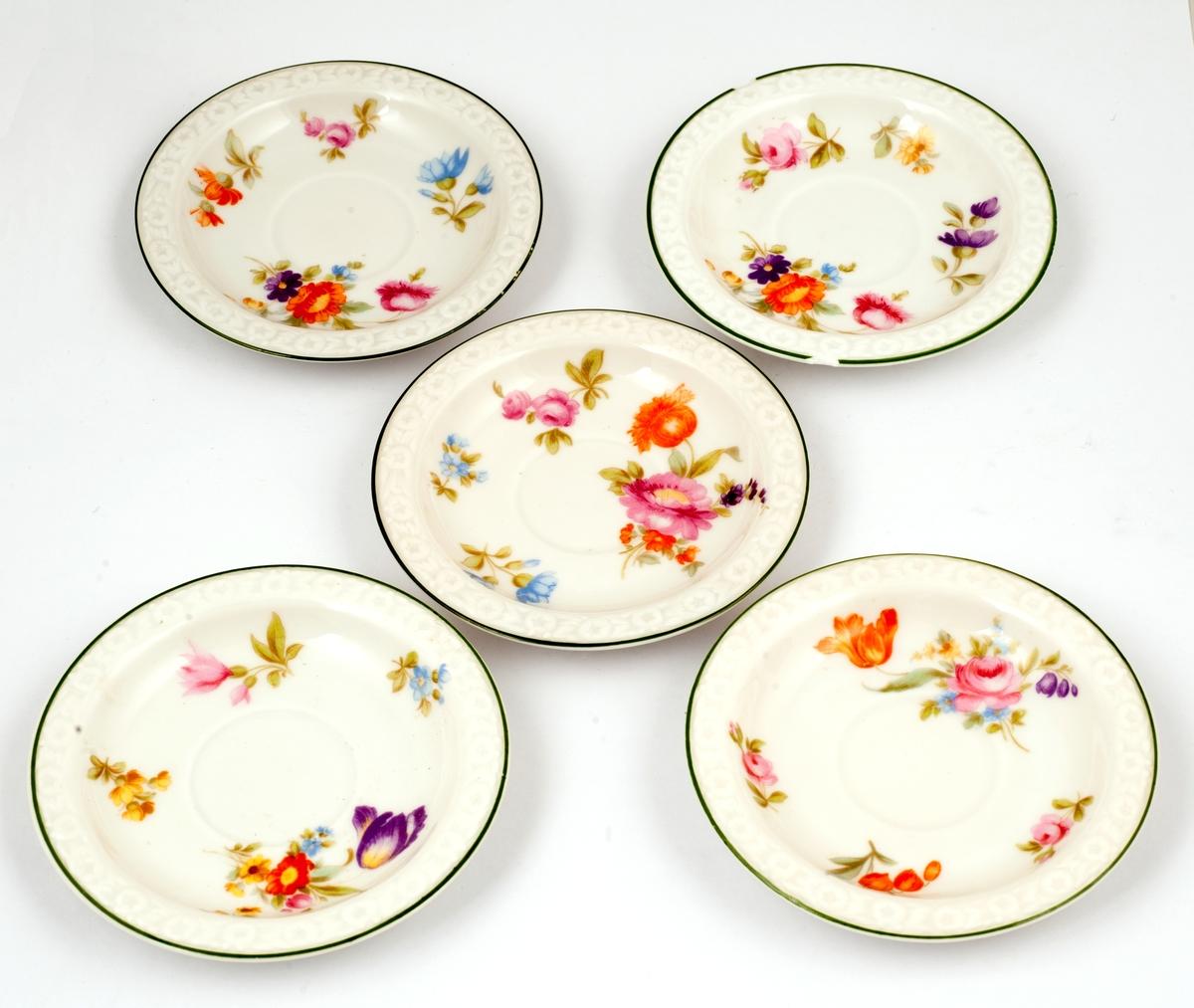 Fem blomstermalte skåler til kaffekopper.