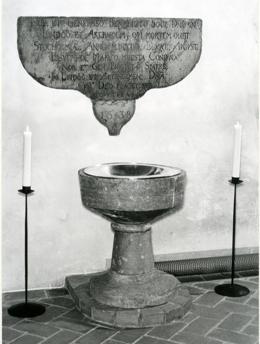 Kärrbo sn, Västerås. Dopfunt i stenfrån andra hälften av 1200-talet, i Kärrbo kyrka. 1980.
