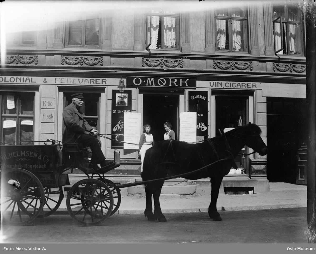 bygård, O. Mørk kolonialforretning, hest, vogn, trapp, kvinner, reklameskilt, utstillingsvinduer