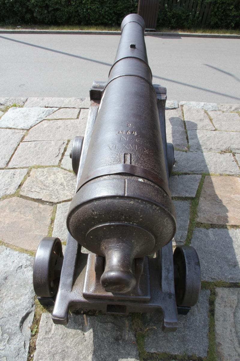 """6-pundig kanon, Aschlings modell, med lavett. Kanonen är försedd med bruksmärket """"H""""."""