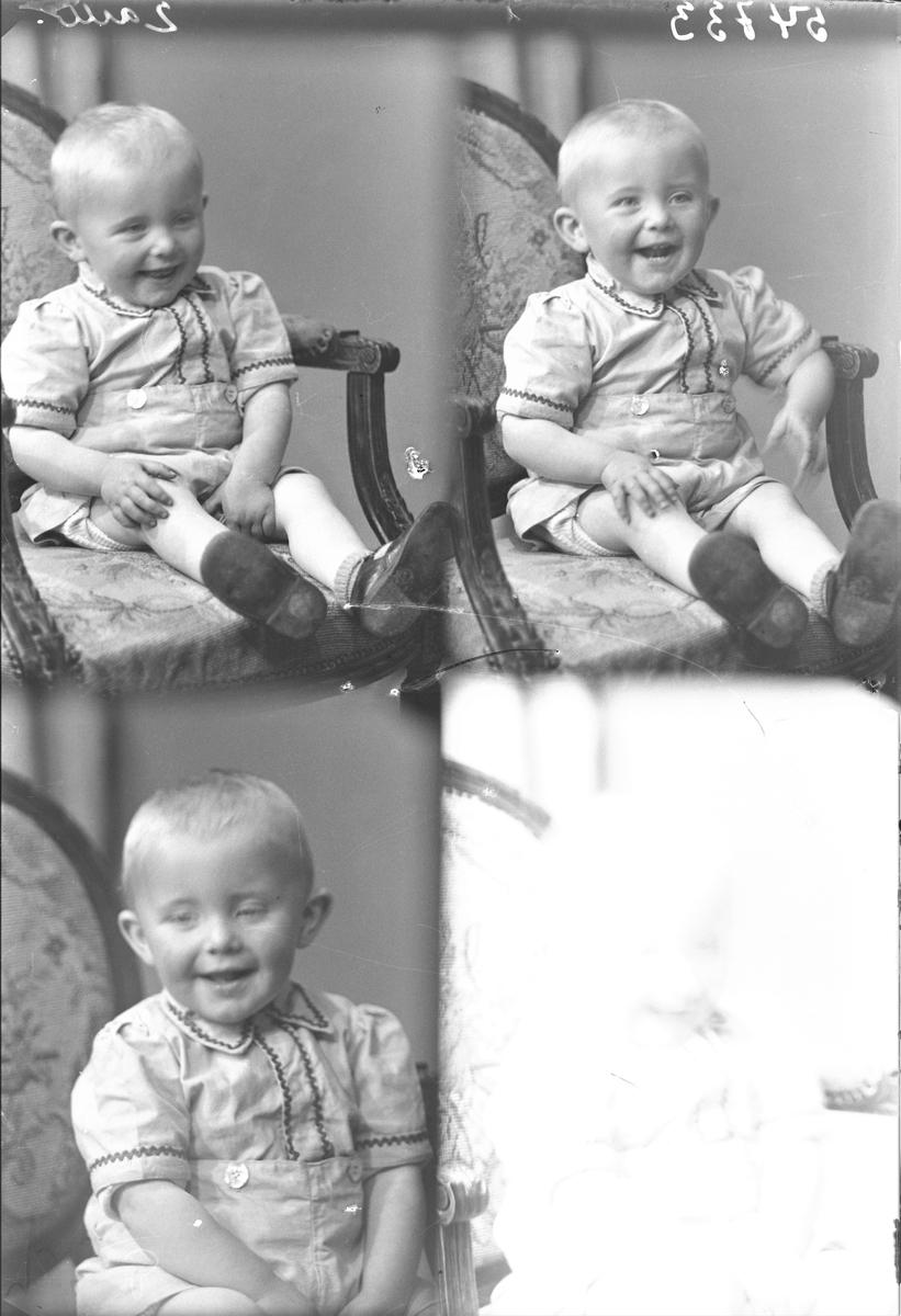 Portrett. Liten lyshåret gutt i lys skjorte med mørke detajer langs kragen, ermene og front. Lys kortbukse. Bestillt av Adolf Ingvaldsen. Mosterhamn.