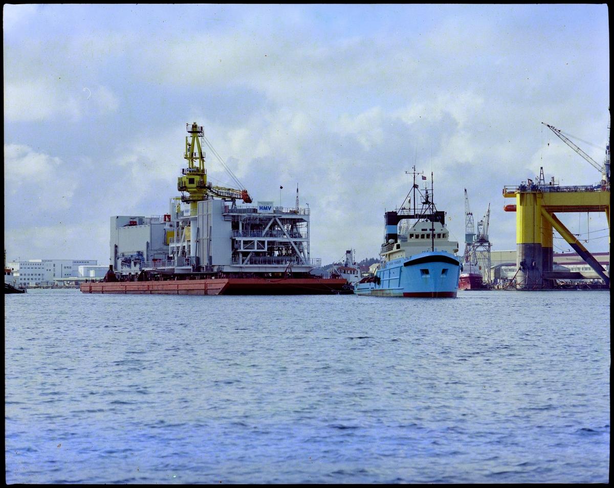 En modul til en oljeplattform slepes ut fra Haugesund Mekaniske Verksted.