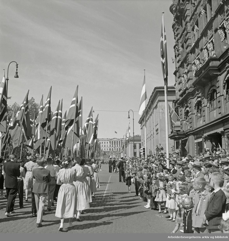 17. mai 1952 . Barnetoget. Flaggborg.