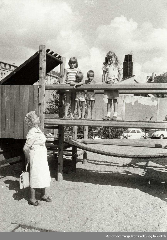 Klosterenga har fått lekeapparater. Ingeborg Teie Leirvik besøker barnebarna Marian og Kristin (i Midten), Ann-Kristin og Evy måtte også prøve lekeapparatet. August 1980