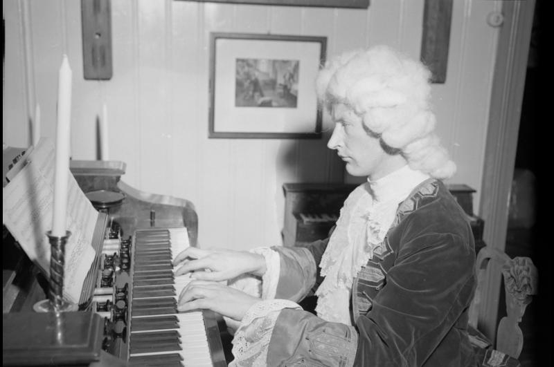 Per Hjort Albertsen (1919-2015) utkledd som Bach ved åpningen av Ringve museum i 1952. Fotograf: Schrøder, Trøndelag Folkemuseum Sverresborg sin samling. (Foto/Photo)