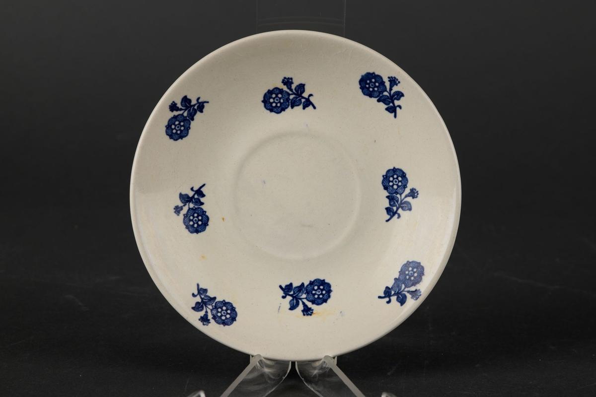 Hvitt tefat med blå blomster-dekor.