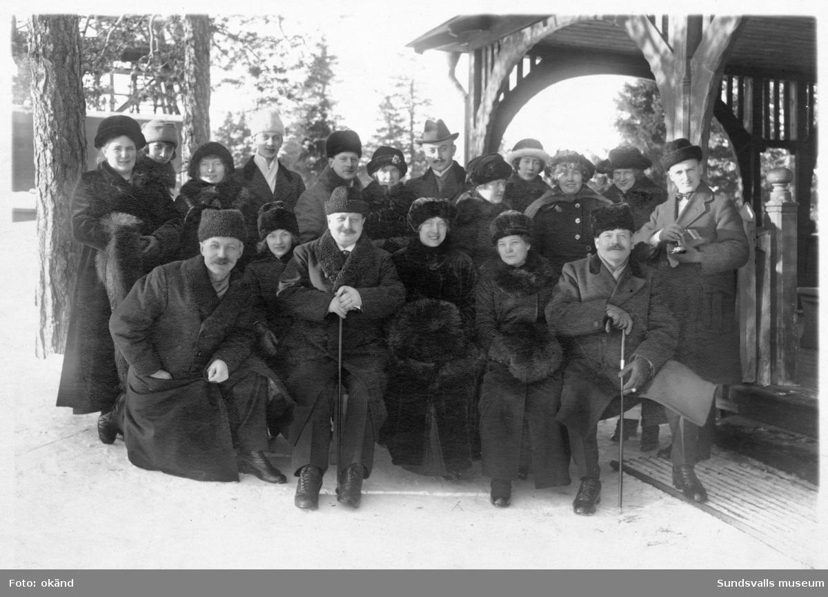 Fotografträff på utflykt till Norra Berget, Sundsvall. Fotografer från norra Sverige, de flesta oidentifierade. Sittande 2:a fr vänster är Ada Stridlund, Alnö. ev Jonas Bäckström, Trehörningsjö till vänster om henne. Sittande längst ut till höger är Werner Wångström, Ö-vik (f. 1873 d. 1963).