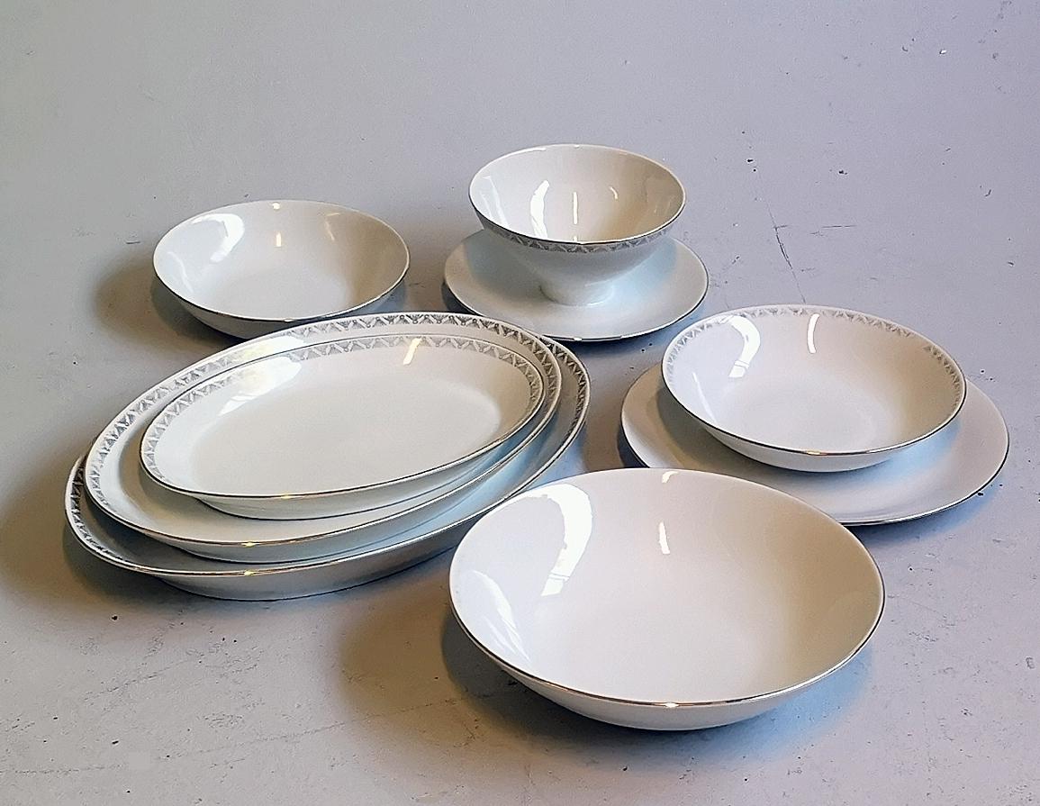 Middagsservis med enkel gulldekor rundt kant. 11 tallerkenar 12 suppeskåler 12 dessertskåler  4  serveringsfat  2 serveringsskåler