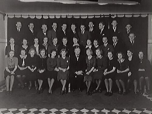 OBS! Samma motiv som GB1_103.  Kooperativa föreningens personalgrupp. Varberg 1939.