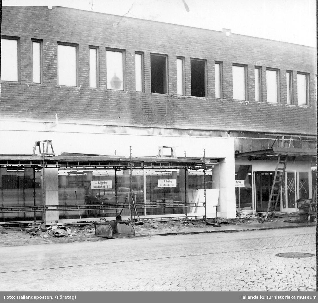 Varuhuset Domus, kv Trädgården, Västra vallgatan är nästan klart. Fotot visar byggställningar framför skyltfönstren och pågående fasadarbeten.