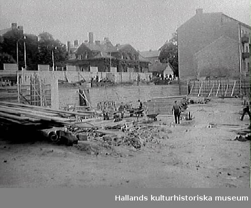 Domusbygget, kv Trädgården 6, växer i höjden. Fotot visar grundläggningsarbete till nya varuhuset i Varberg.