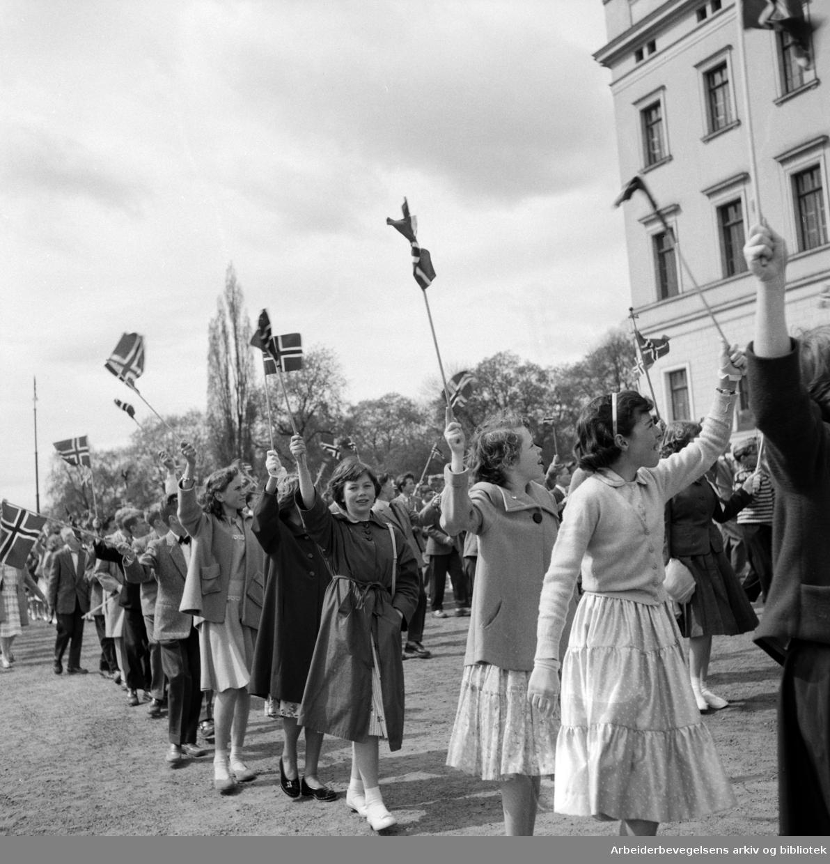 Barnetoget passerer Slottet. 17. mai 1956.