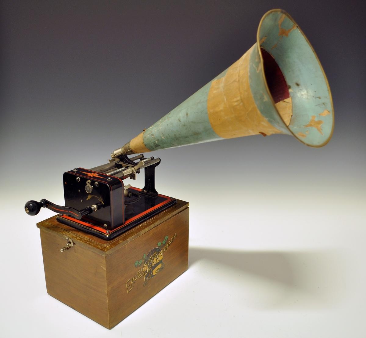 Samlingen voksruller inneholder totalt 233 ruller med lyd. Voksrullene inneholder tilsammen nærmere 467 seperate lydopptak med folkemusikk. Fonografen på bildet er fonografen Rikard Berge benyttet på sine samlerferder. Rull nr 208: a. Det frearlause menn. b. Rideboll og G c. Harpens kraft d. Valivan e. Kjor gjætt eg. Svein Tveiten 1922