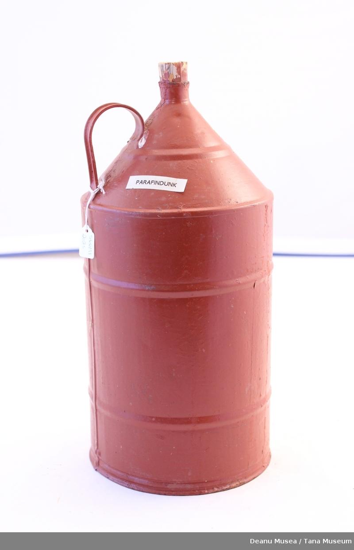 En rød metallkanne med tre kork for parafin/ bensin.