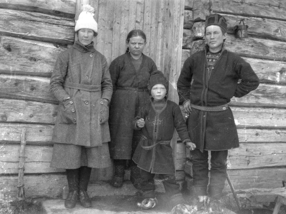 Marit Berg, Kristine Kjelsberg og Anders Fjeldner Renander i Vasslåtta. Gutten foran er ukjent.