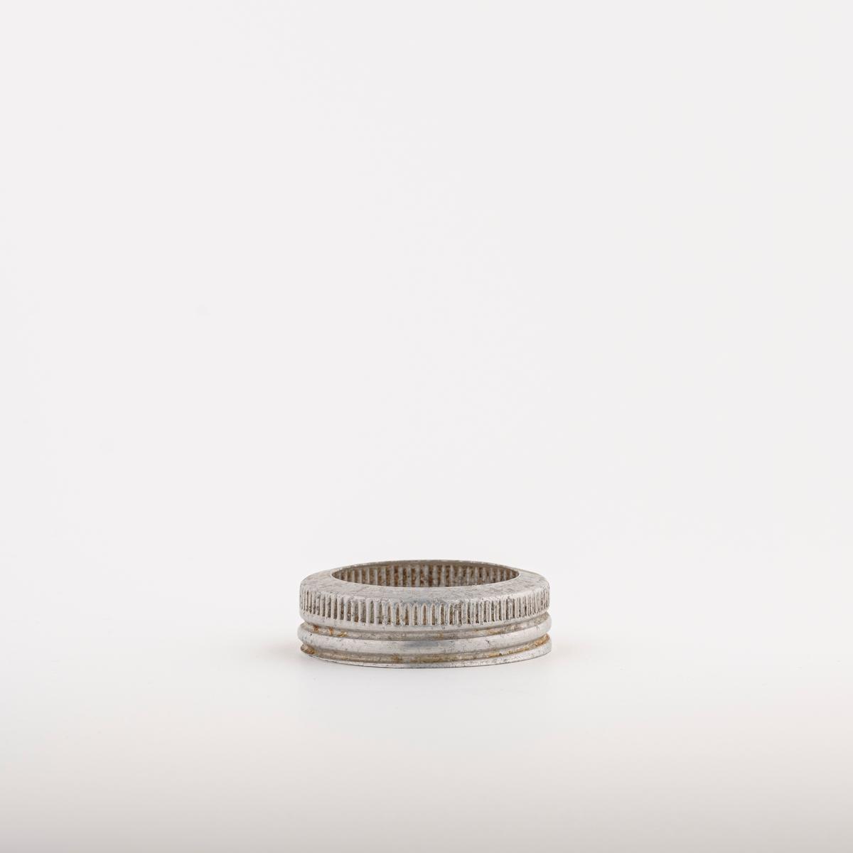 Metallring til Norgesglass. Legges over det løse lokket og skrus fast til bunnen.
