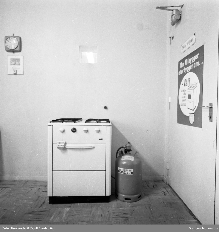 Då gasverket i Sundsvall skulle läggas ned erbjöds som alternativ en gasolspis med hemgasolflaska. Distriktschef och inspektör för Gasolprodukterna Uno Wallin står framför gasklockan vid Landsvägsallén.