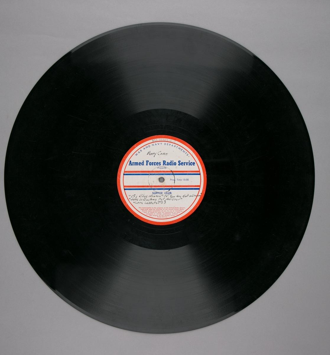 "Grammofonplatesamling. LP-plate med tittel ""Armed Forces Radio Service"" utgitt av War and Navy Departements. Plate i svart vinyl spilles på platespiller med 33 1/3 omdreininger i minuttet (33-plate). I plateomslag."