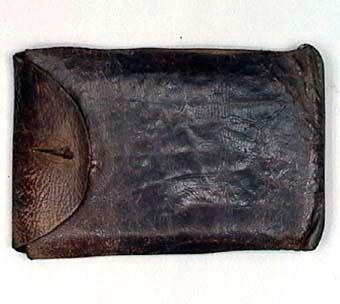 Rektangulär liten väska med lock. Inuti väskan låg diverse papper efter givarens far.