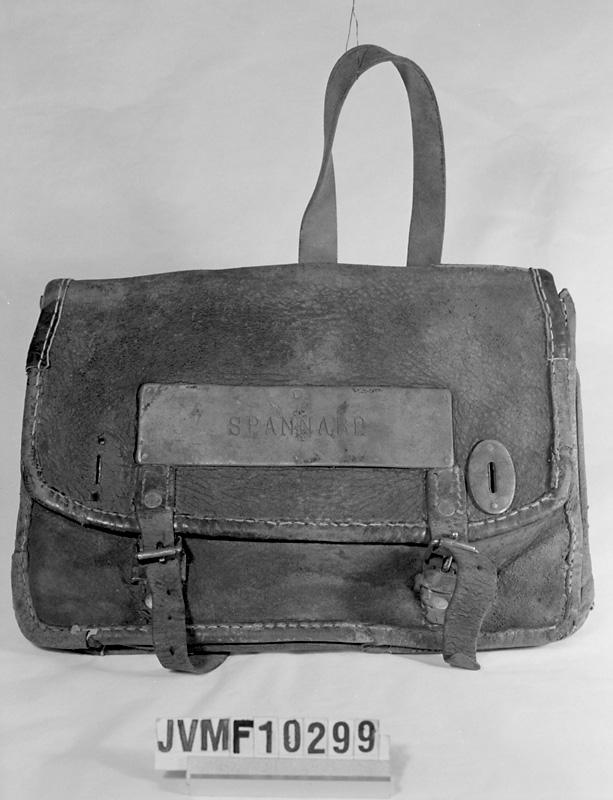 Postväska av läder med namnskylt av metall med texten Spannarp.