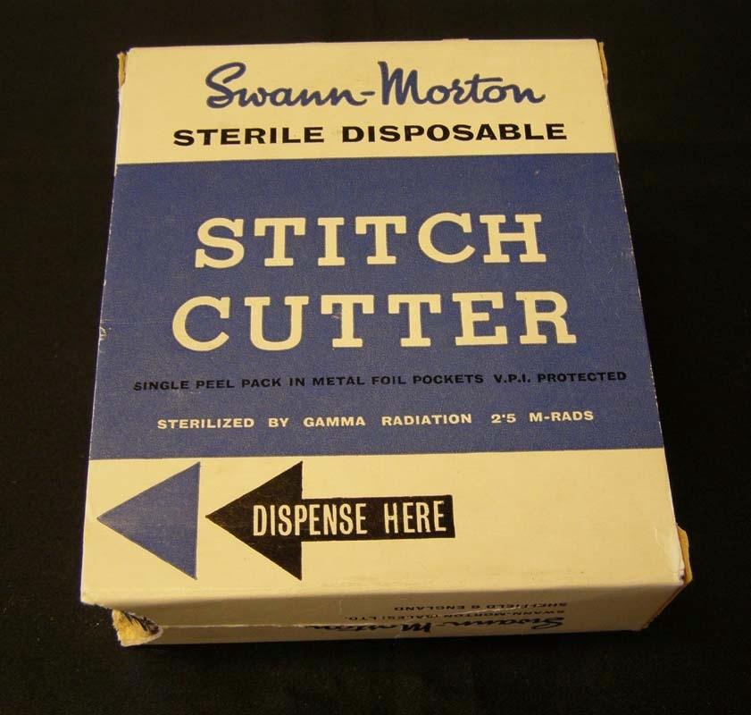 En ask med knivblad för borttagning av stygn. Sterilt förpackade en och en.