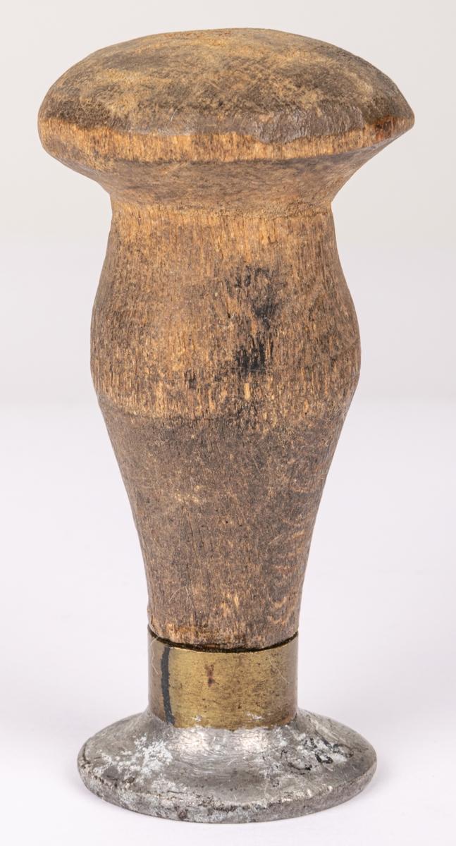 """Acc. Sigill med grovt träskaft: """"Bevillings och Gefle Hallstämpel 1789"""".  Lappkort. Sigill med grovt träskaft, oval platta av 2,7 x 3,1 cm, storlek. På sigillet är tre krononr samt """"Bevillings och Gefle Hallstempel"""" 1789""""."""