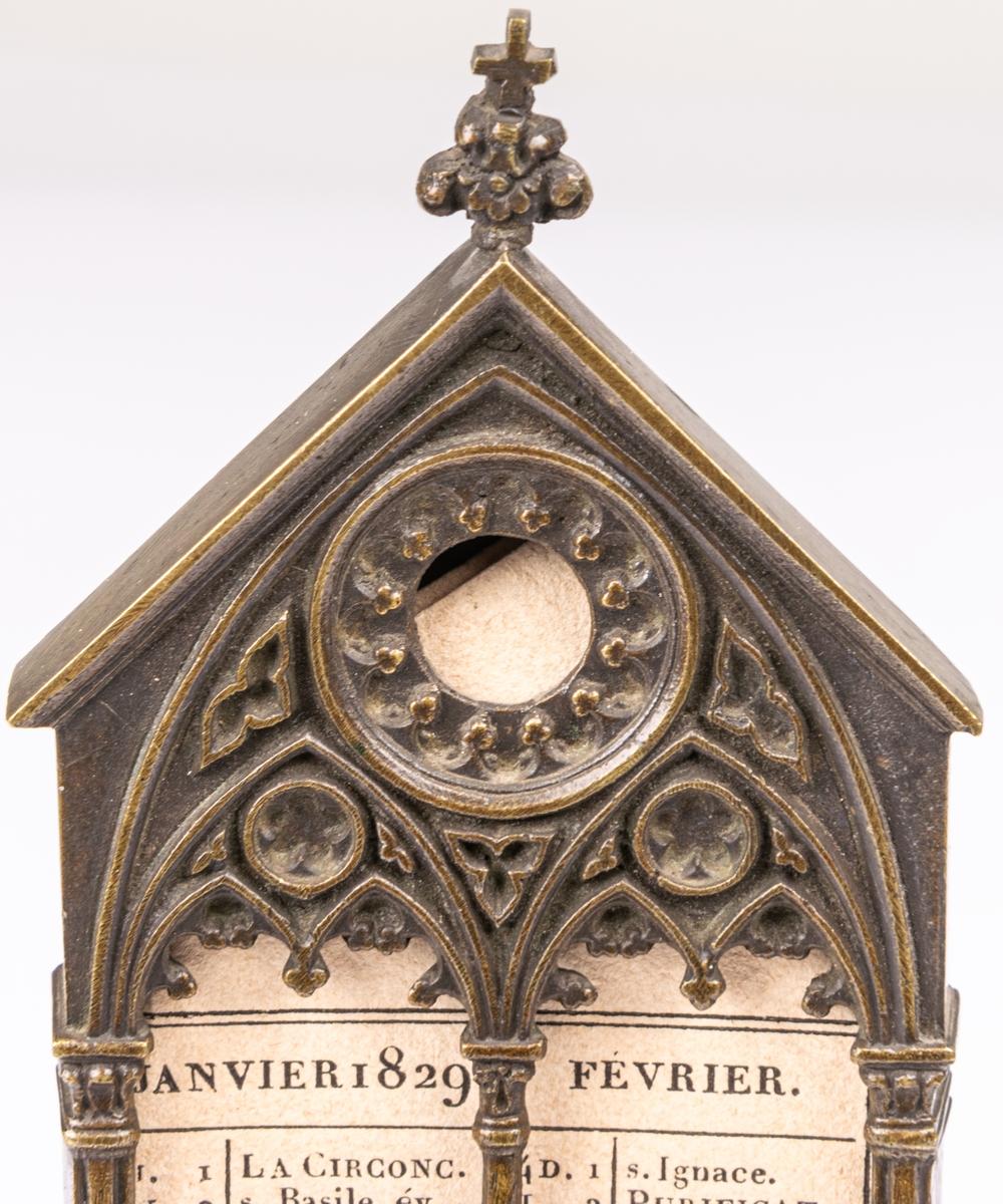 Acc.Almanacka av gjutet järn, monterad på gul marmorplatta, 1829.  Lappkort. Datumtavla, almanacka på bronsplatta fästad på gul marmorplatta. Från 1829. Fransk?