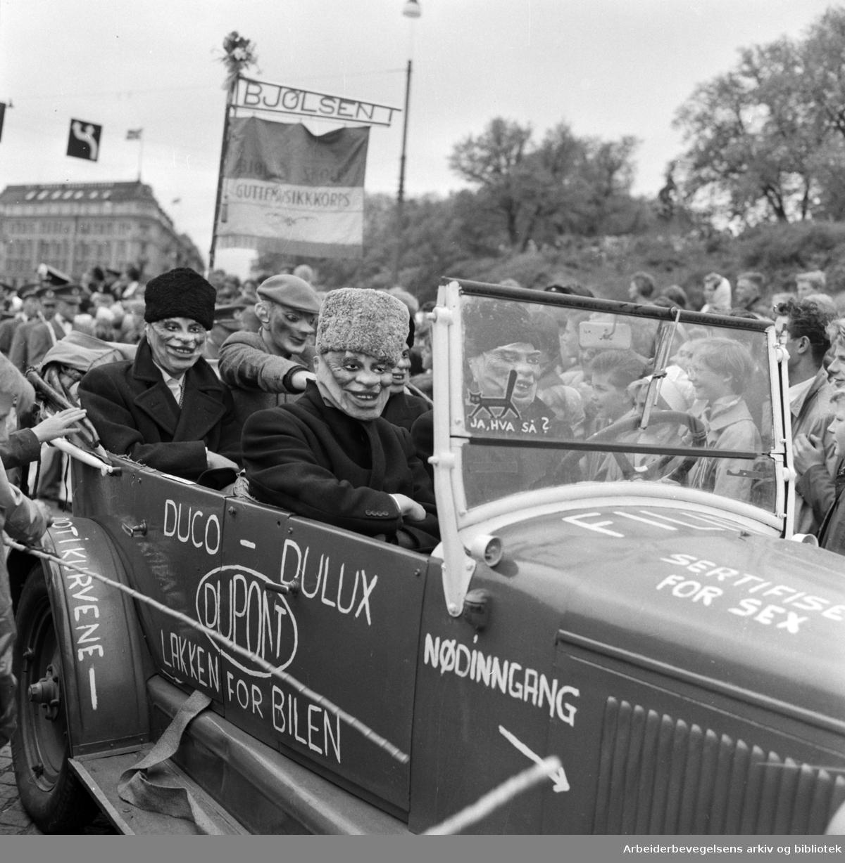 """Russetoget, 17. mai 1959. Russebil med """"Gerhardsen"""" og """"Khrusjtsjov"""". Fanen til Bjølsen Guttemusikkorps."""