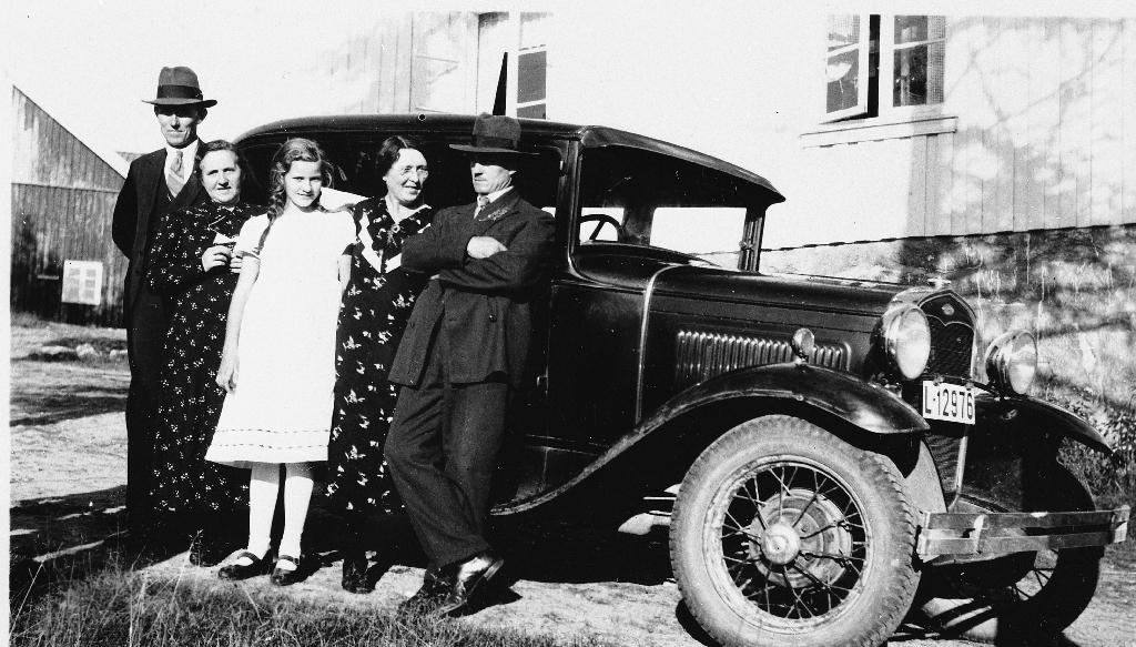 F.v. står : Torgeir, Grete og Aslaug Aarrestad, Kjersti og Sven Løge framfor Forden. Frå Løge i 1930 åra.