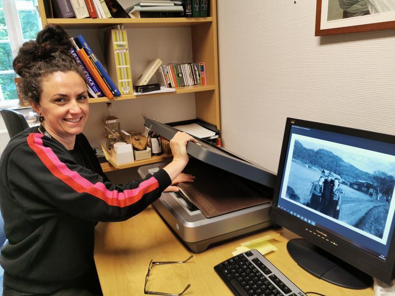 Trine Tøvik har skannet inn bildene i samlingen og registrert arkivet. (Foto/Photo)