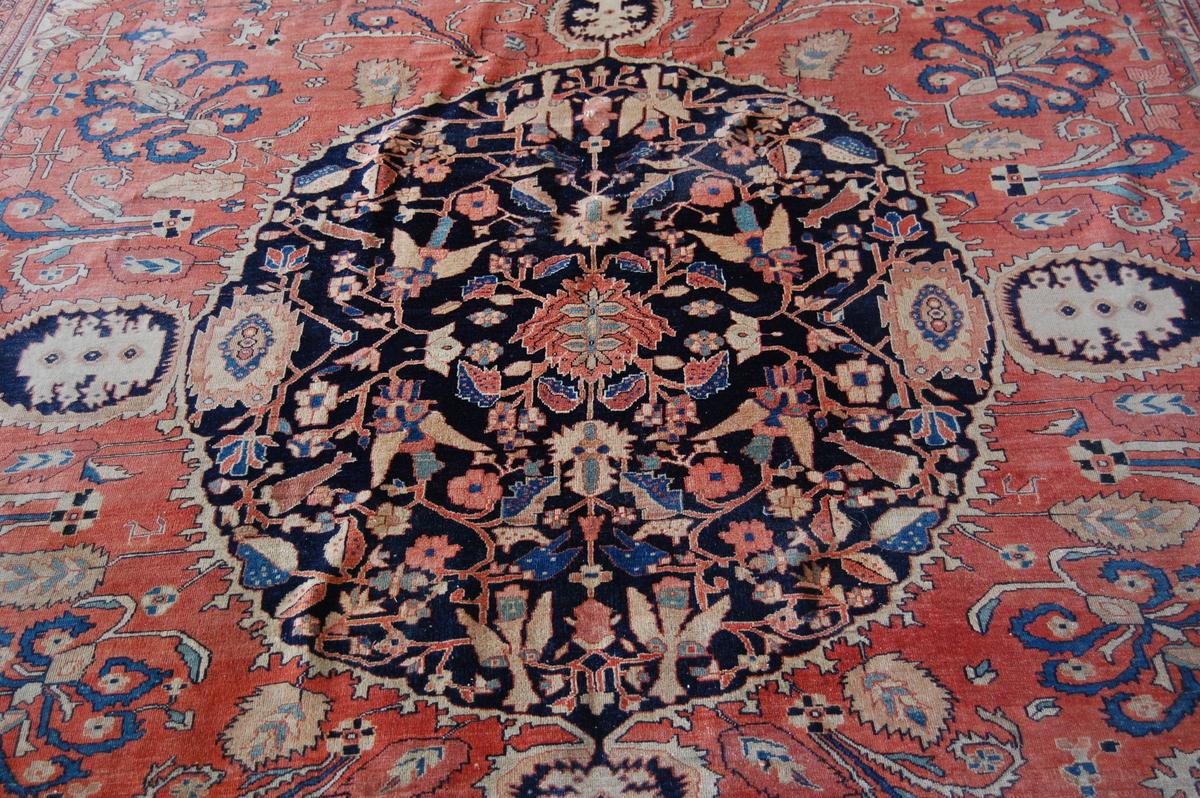 Sarough (Iran), antikt. Rundt midtfelt med utskytende blader og blomster på mørk bunn. Bred kantbord.
